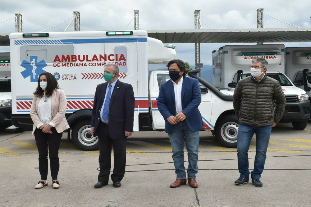 Sáenz-entregó-10-ambulancia-para-en-sistema-de-salud